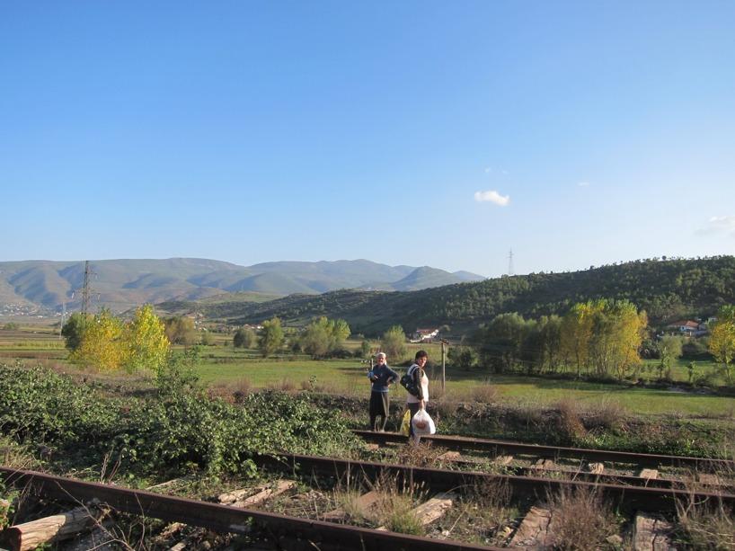 Människorna använde den gamla tågrälsen som promenadslinga och alla höjde huvudena när vi passerade =)