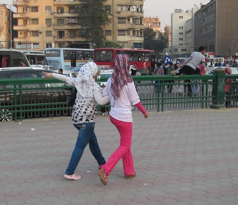 Modernt och kvinnligt klädda tjejer i Kairo