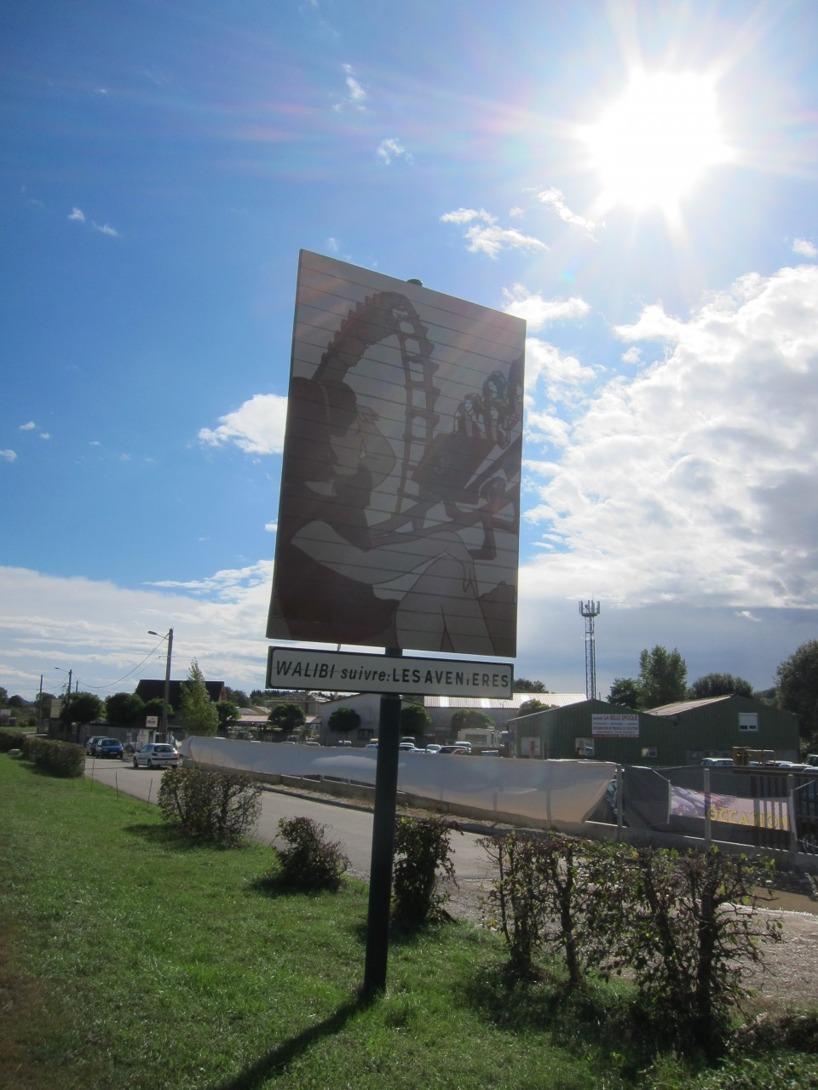 I Frankrike har de så här fina skyltar till städerna. Olika motiv beroende på staden, konstnärligt och trevligt!