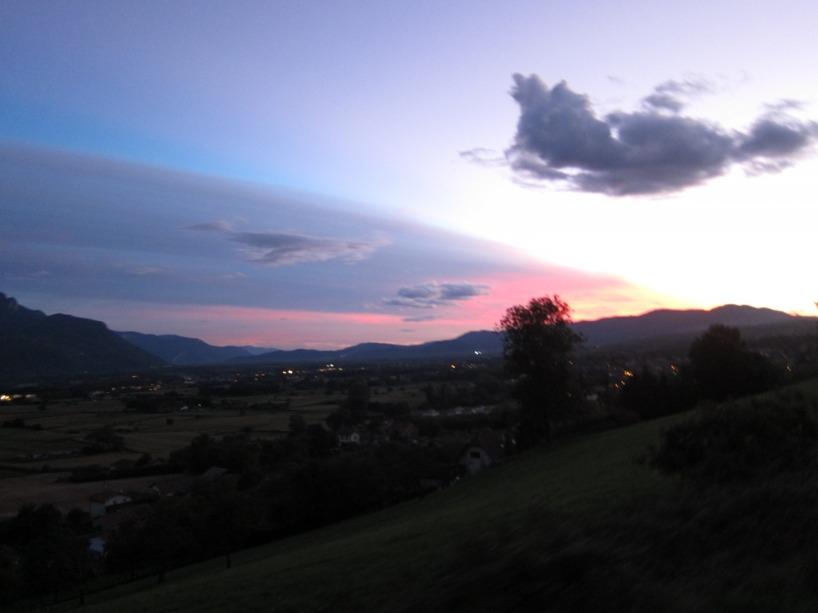 Kvälls cykling i ett bergslandskap med rosa himmel, ja tack!