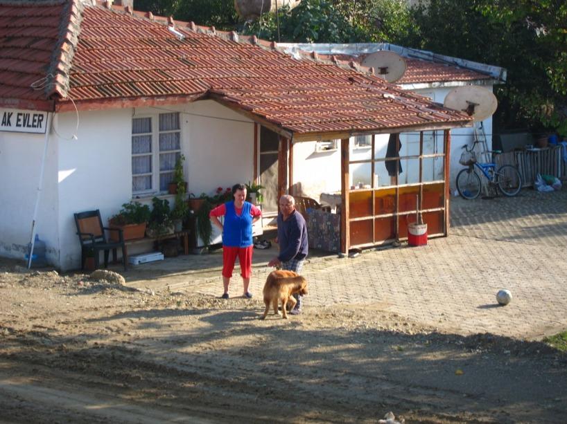 Våra enkla värdar från Bulgarien och deras snälla hund. Här står de framför sitt hus!