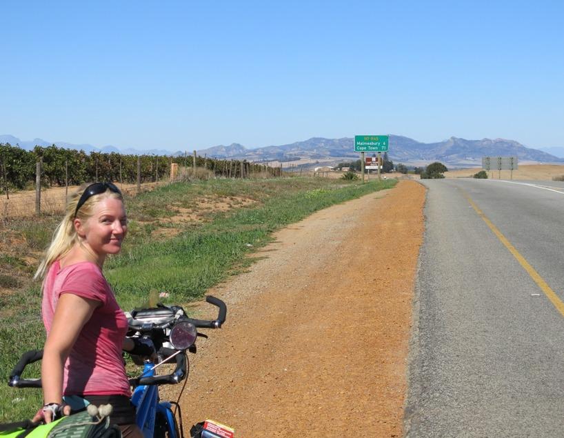 Susanne tror inte sina ögon. Hon har inte förstått att Kapstaden är inom några mil! Rasmus däremot jublar för varje skylt!