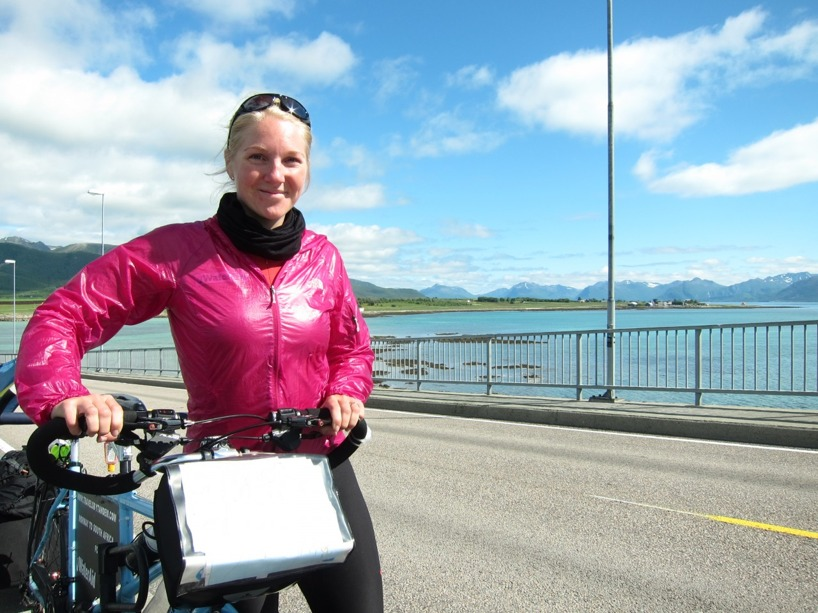 Sussie puttar upp cykeln på en smal bro innan Stokmarknes...