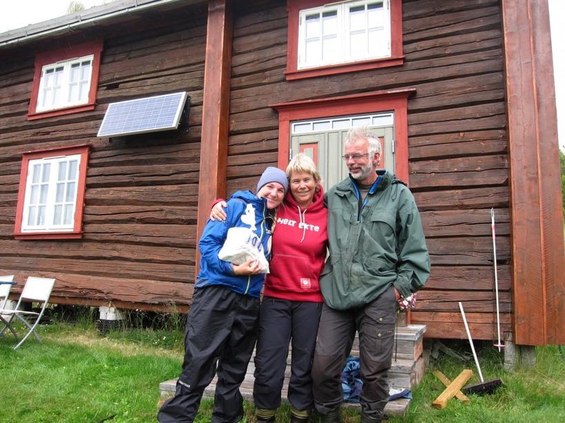 Sussie, Anne och Harald utanför deras hytte vid Sörvasli 3 mil utanför Orkanger