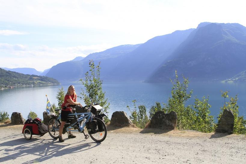 Sussie njuter efter några timmars cykling efter hallon- och äppelodlingar längs sidorna