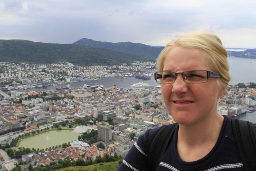 Sussie var sådär imponerad av alla turister som flockades på utkiksplatsen ovan Bergen