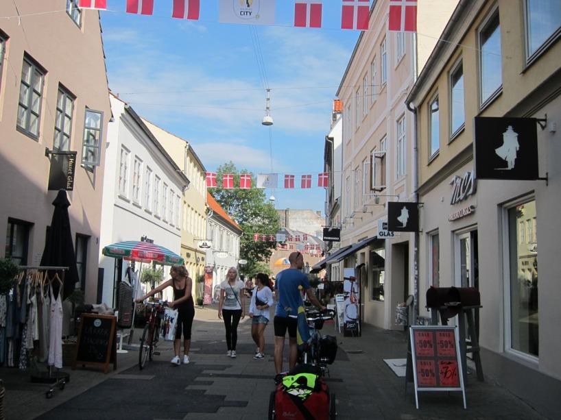 Här går vi med cykeln i SUPERMYSIGA Aalborg! Hit vill vi åka igen!