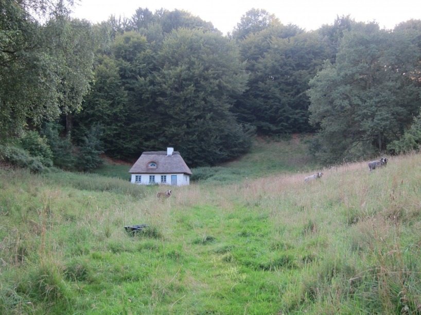 Detta gulliga hus passerade vi igår kväll med baggar som betade utanför. Som ur en film :)