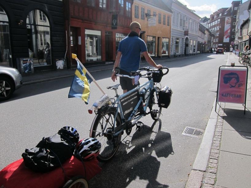 Här strosar vi runt i solskenet i jakt på mat i Århus