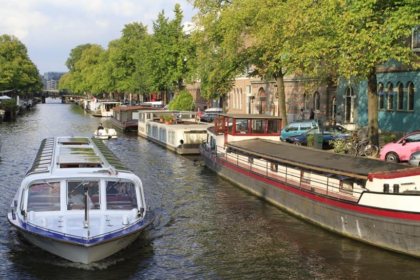 Om ens plånbok är för tjock kan man ta en rundtripp genom kanalerna i en sådan här båt för 14 Euro
