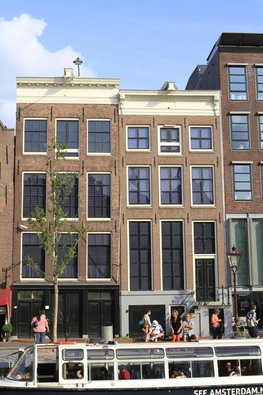 Anne Franks hus där familjen gömde sig under ett par år innan familjen avslöjades och tillfångatogs. Ett besök här kostar 9Euro för vuxna, men försök att undvika de långa köerna. Vi upplevde museumet som fullproppat, vilket gjorde att man var tvungen att köa även inne på museumet för att kunna läsa och titta på information och föremålen.