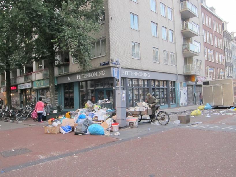 Systemet för sopor är att man lämnar dem på gatan för att någon ska hämta upp dem