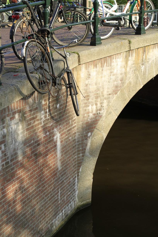 Många av cyklarna har inte mycket till framtid - det finns en hel avdelning som har ansvar att rensa cyklar från gatorna