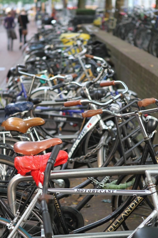 En Holländsk kvinna kom på att ta vara på alla dessa herrelösa cyklar i staden, och skapade ett projekt där hon sände ner överblivna cyklar och verktyg till U-länder.