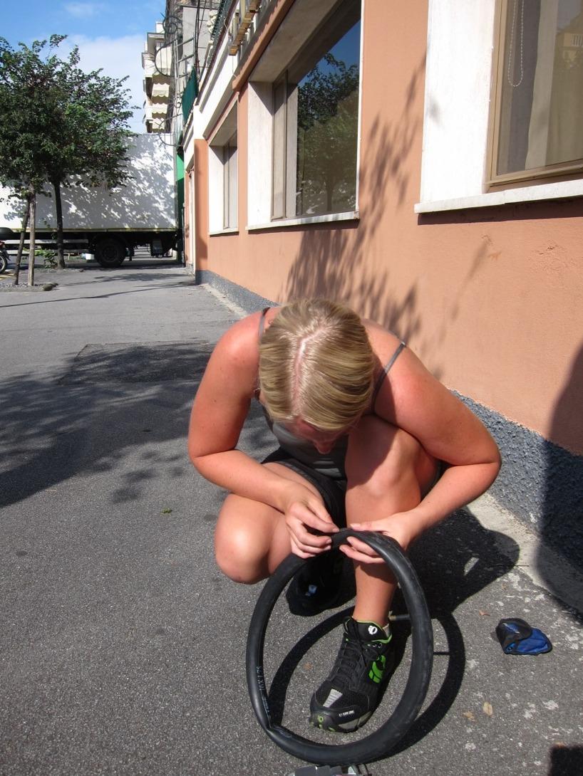 Att laga punktering i solsken är så mycket bättre än 4 grader och regn!