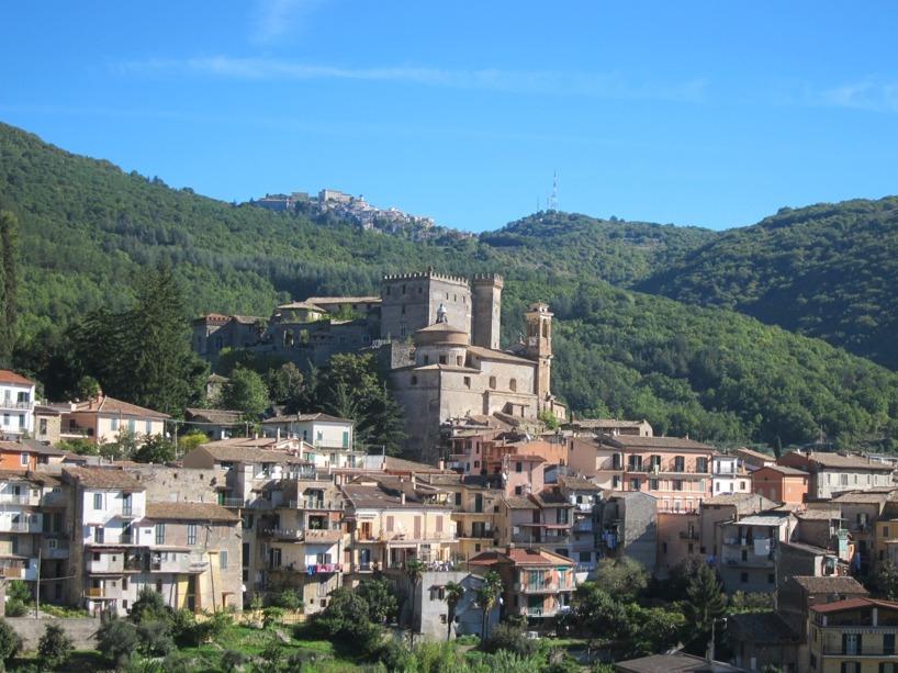 En av flera små byar vi passerade med en stadskärna liknande en borg när vi klättrade över Appininerna