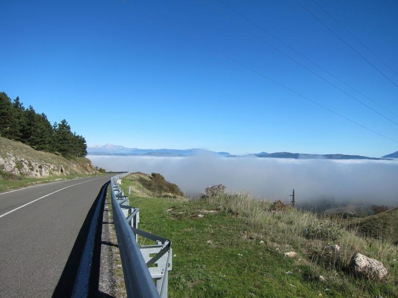 En dimma låg i dalen efter vi klättrat över ett bergspass! Temperaturen skiftade från 22 grader till 10 grader på några minuter...