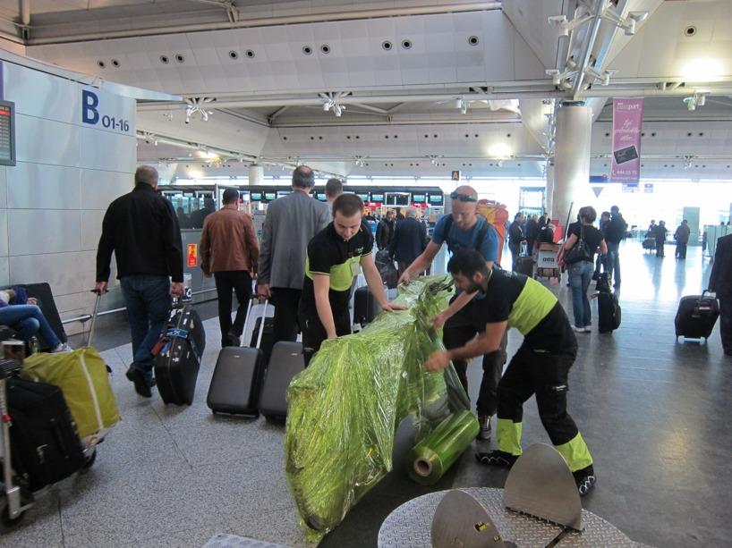 Två turkar och en svensk krävs för att plasta in en tandemcykel :)