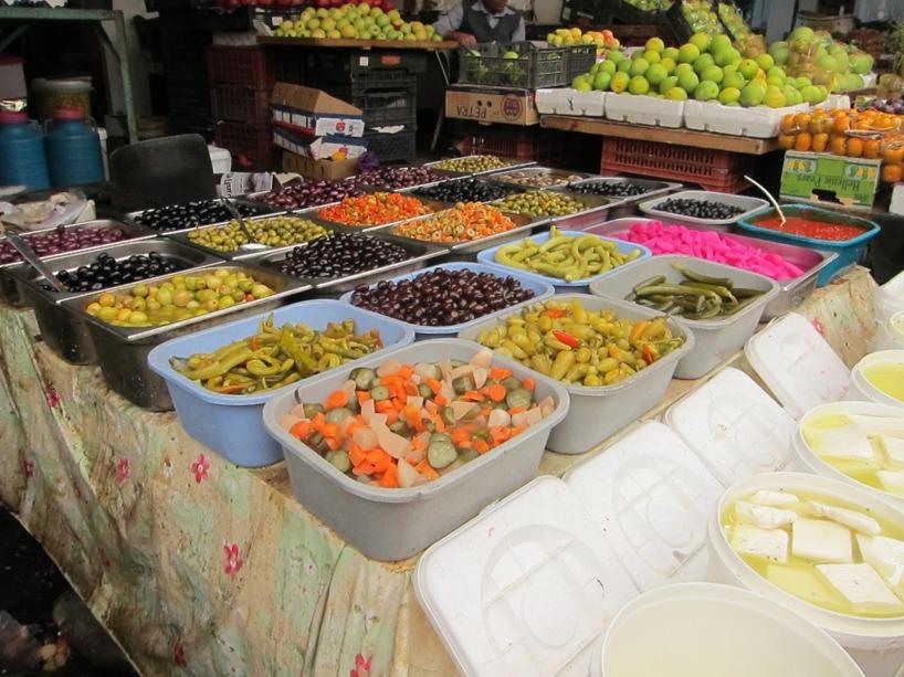 På denna lokala marknaden fanns allt möjligt ätbart...