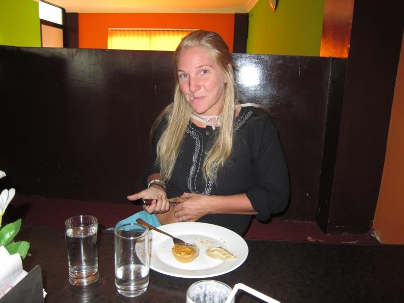 Efter den Nepalesiska maträtten Mommos fick jag ta en insulindos- det har inte alla lokalbor i fattiga Nepal råd med!