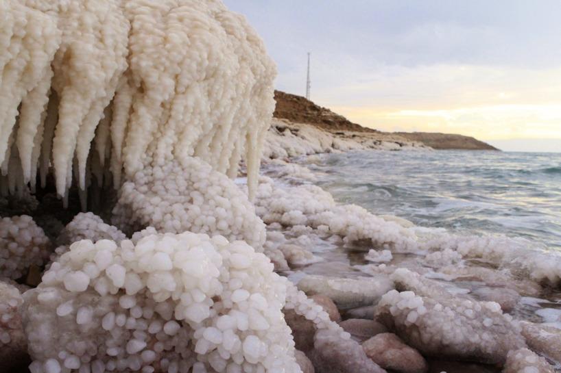 Om man tar sig bort från vägen och ner till vattnet kan man skåda detta saltverk!