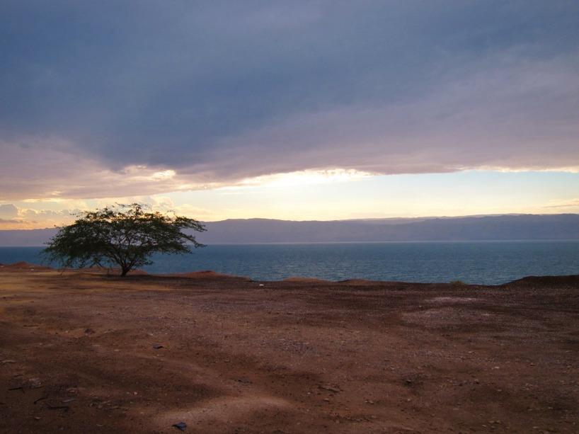 På andra sidan Döda havet ligger Israel...