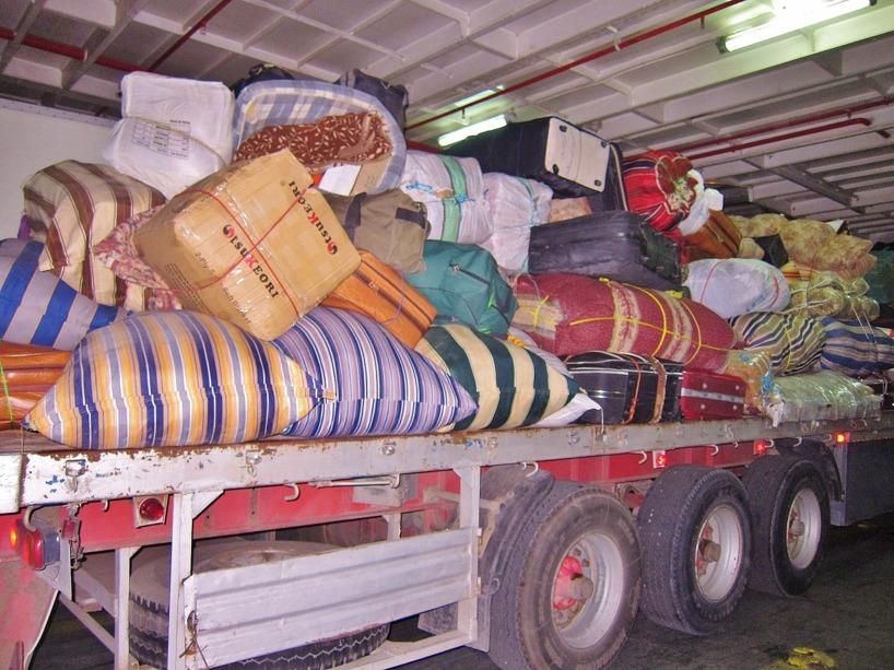 Lastbilen, som agerar baggageband! Hamnpersonalen ville att vårt baggage skulle upp bland detta. Men vi kom undan. Det hade varit som att kasta en tusenlapp ut från Eiffeltornet och hoppas på att vinden skulle föra den tillbaka till plånboken!