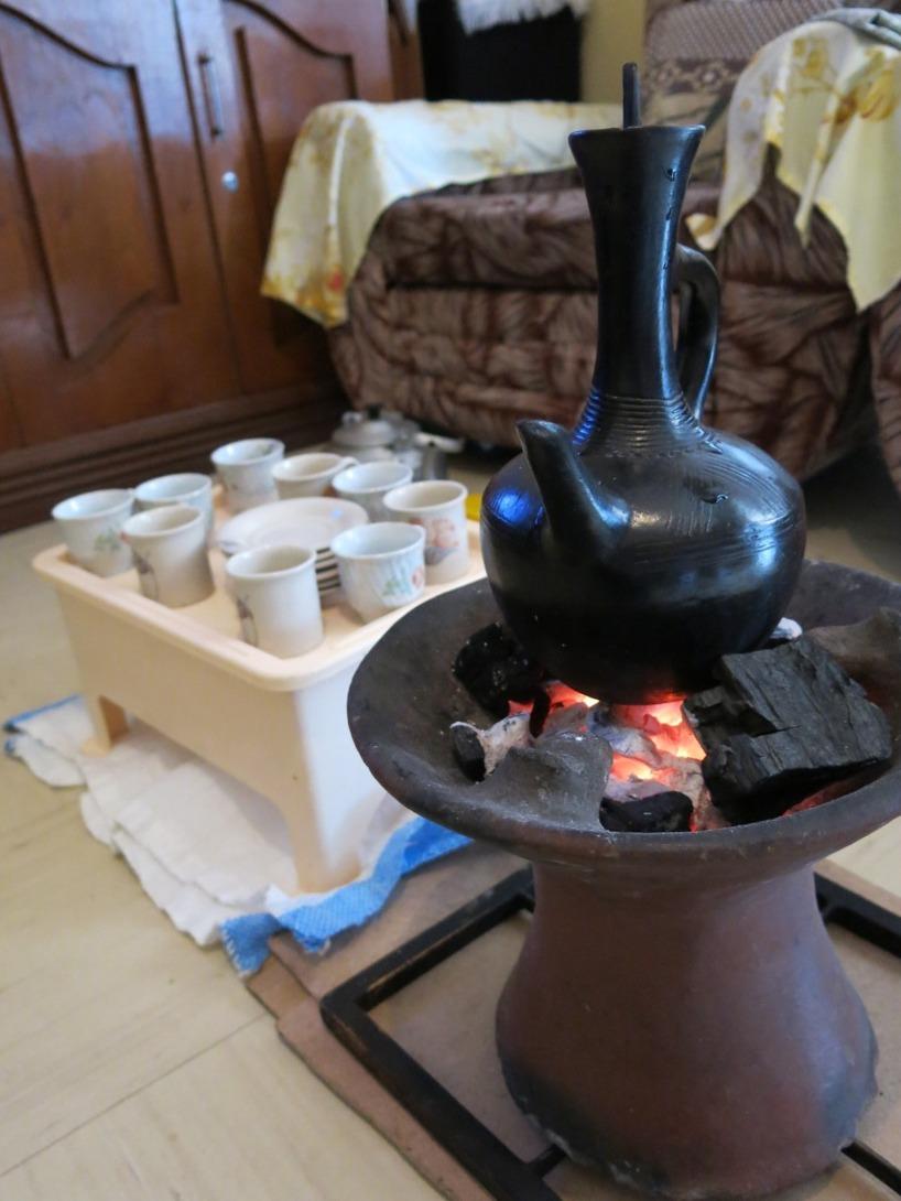Nedan följer den traditionella kaffeceremonin och hur kaffebönerna rostas...