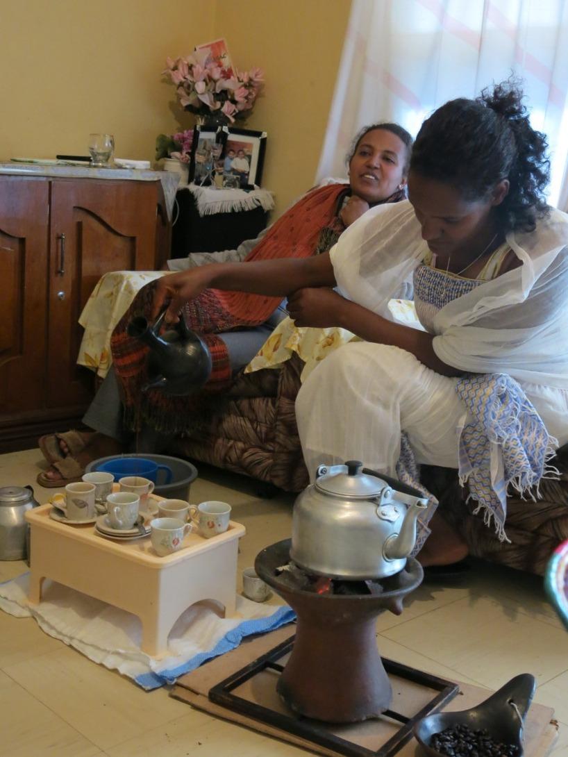 Efter att bönerna malts fick vi avnjuta delikat kaffe hemma hos Belay!