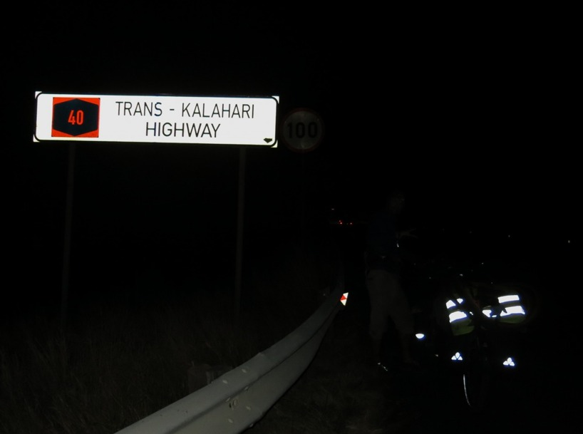Trans Kalahari Highway by Night! Det bjöd på rena safari uplevelsen!