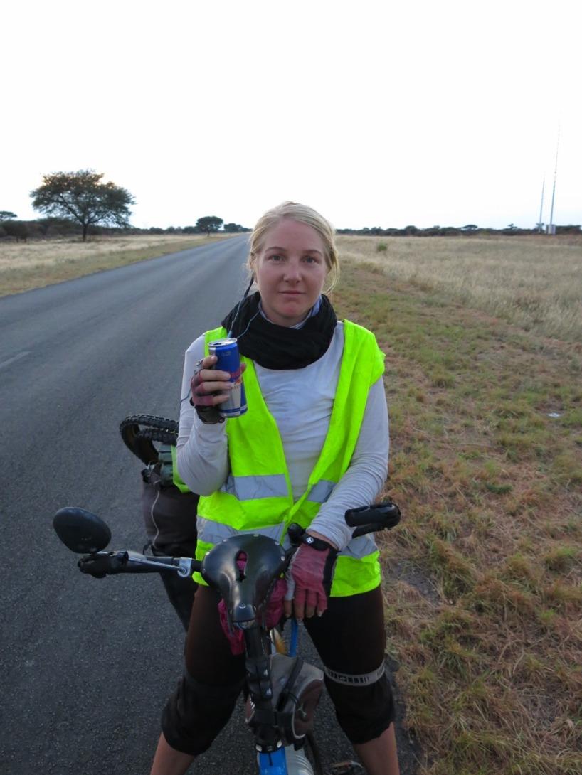 Tidigt på morgonen och en dryck som är till för långfärdscyklister som håller på att slå rekord!
