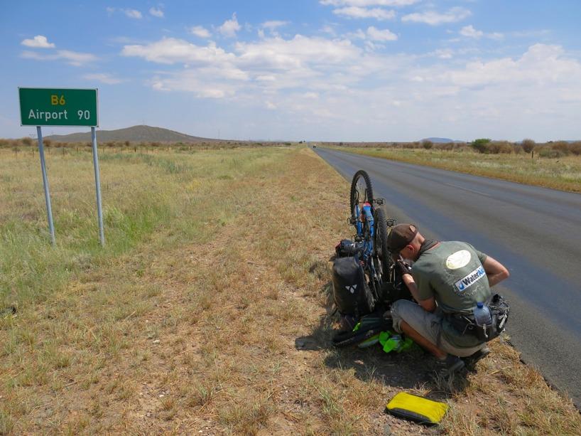 Vi firade med en tredje punktering några mil utanför Windhoek!