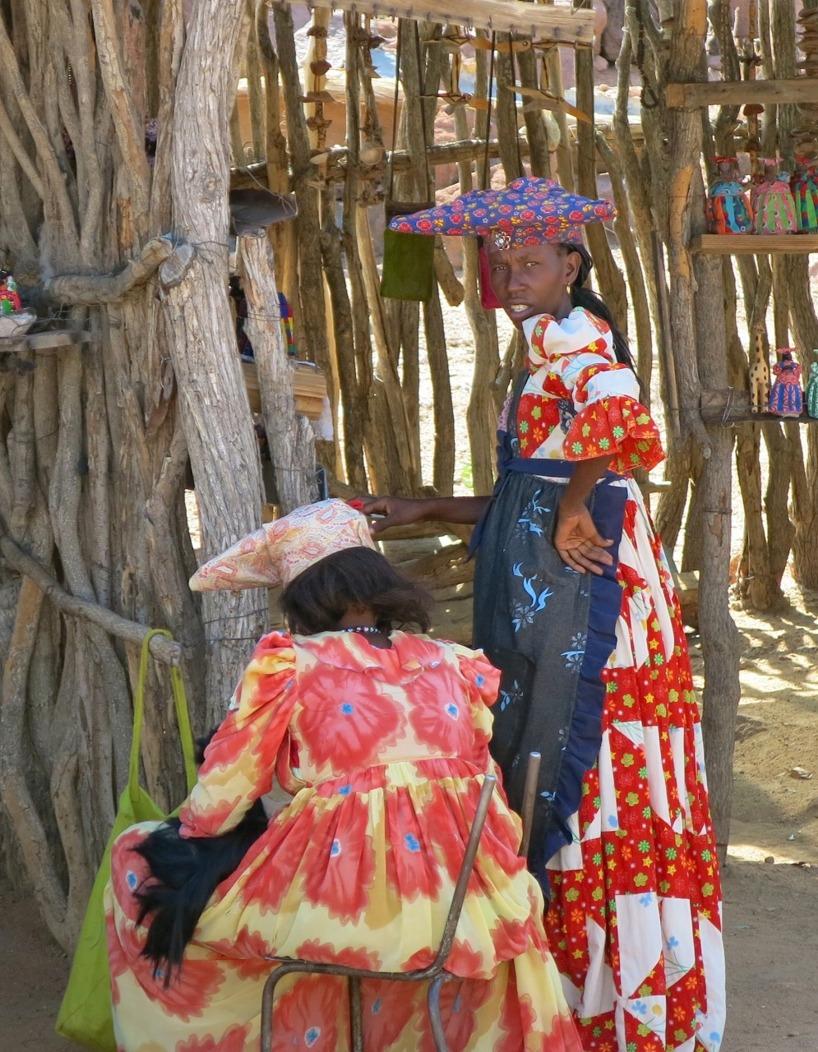 Dessa utstyrslar har blivit traditionella i Namibia. Men ursprungligen är de från Europa och gavs till urbefolkningen för att de gick kläda alltför nakna...