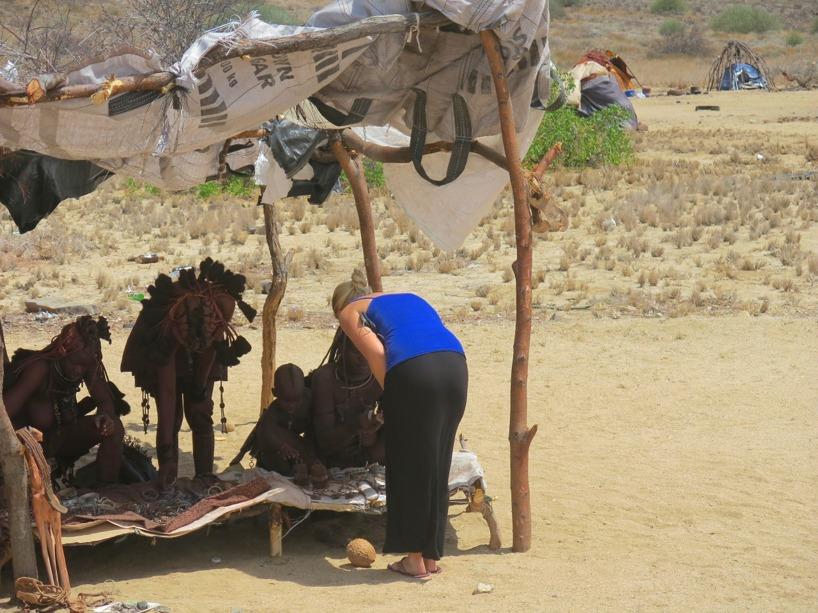 Vi stannade hos en Himba-stam för att stötta dessa lokala människor!