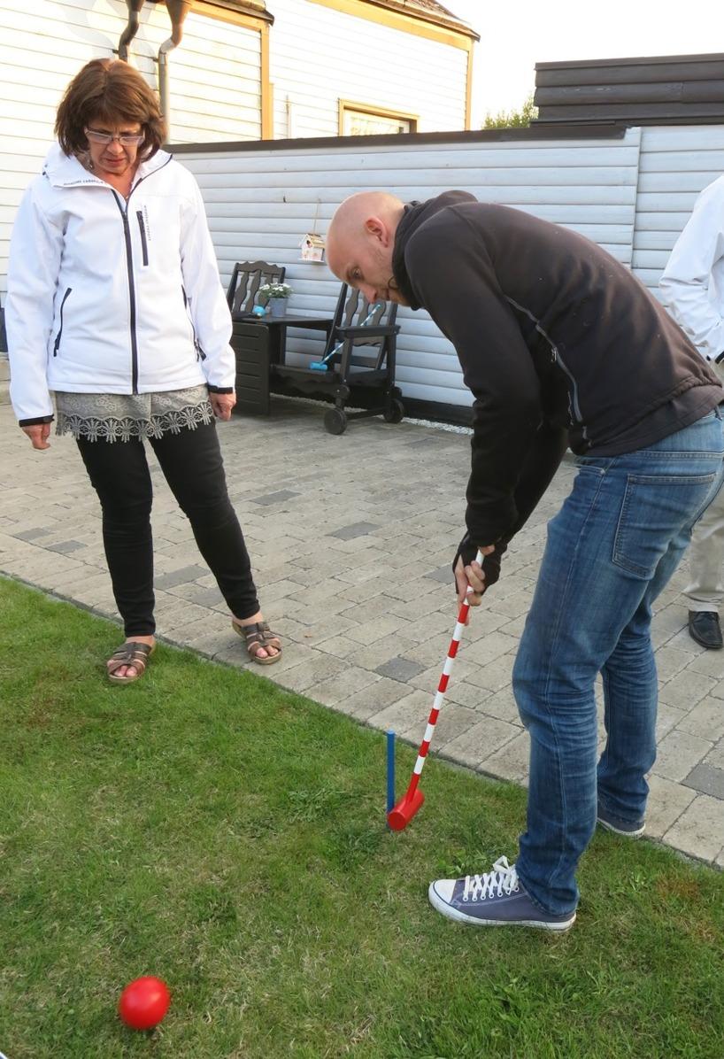 Anne och Rasmus in action på crocket-banan i trädgården! Både kubb och crocket har vi hunnit med sedan vi kommit hem!