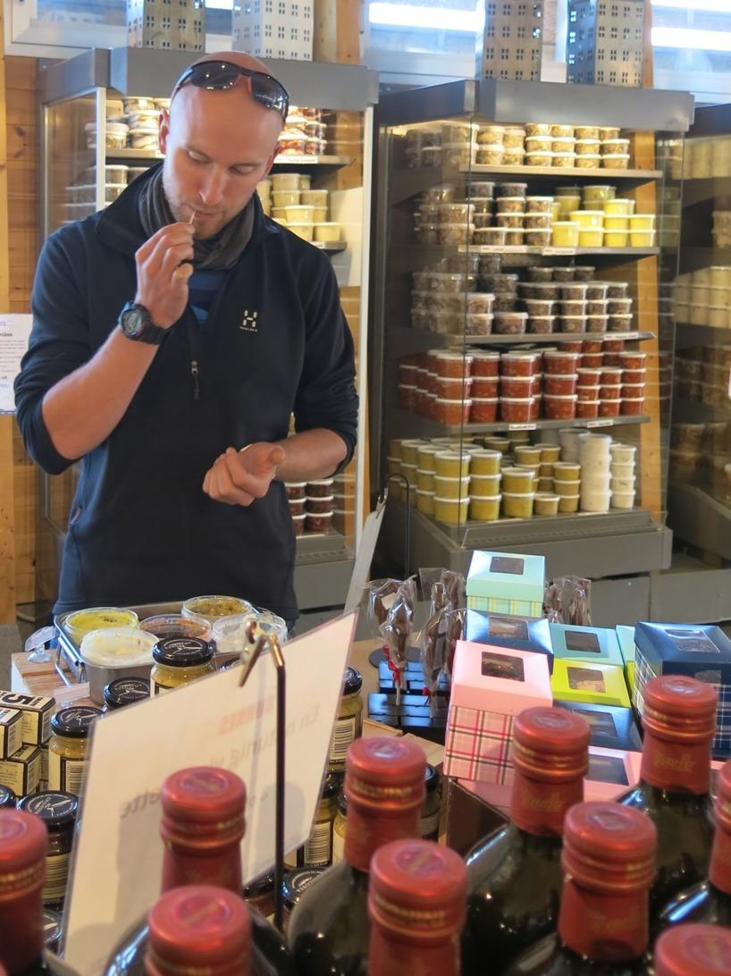 Rasmus smakar på delikat sill på Buhres i Kivik