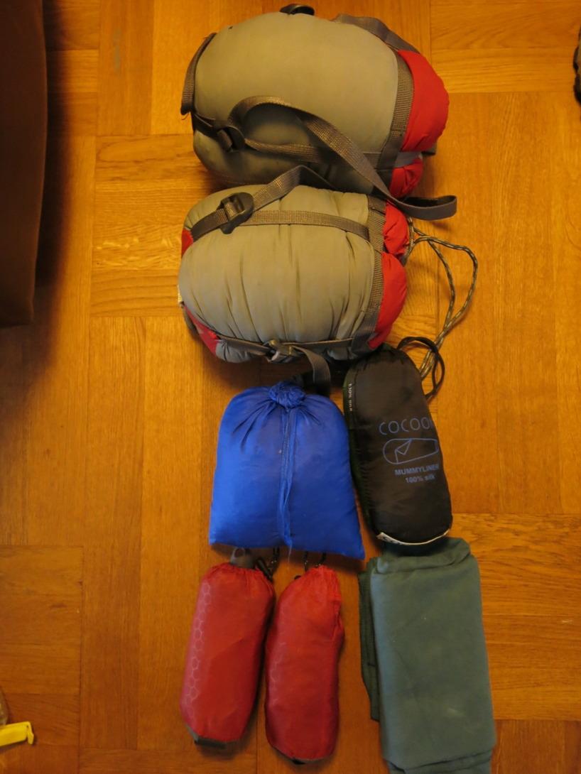 Dunsovsäckar, sidenlakan, uppblåsbara kuddar och en snabbtorkande handduk. Det vi måste köpa i Taiwan är liggunderlag och tält.