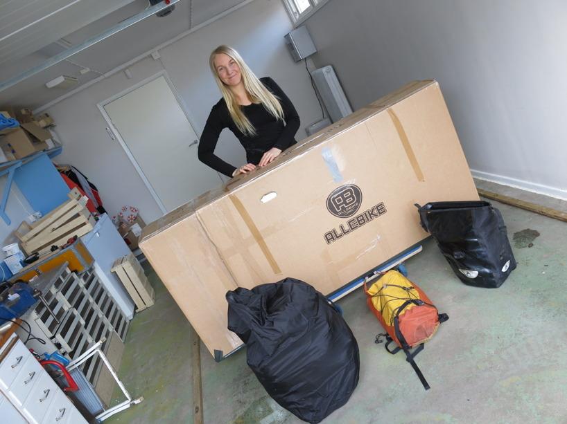 Fru, cykel och packning! Cykeln väger 28kg med låda och massa tejp :)