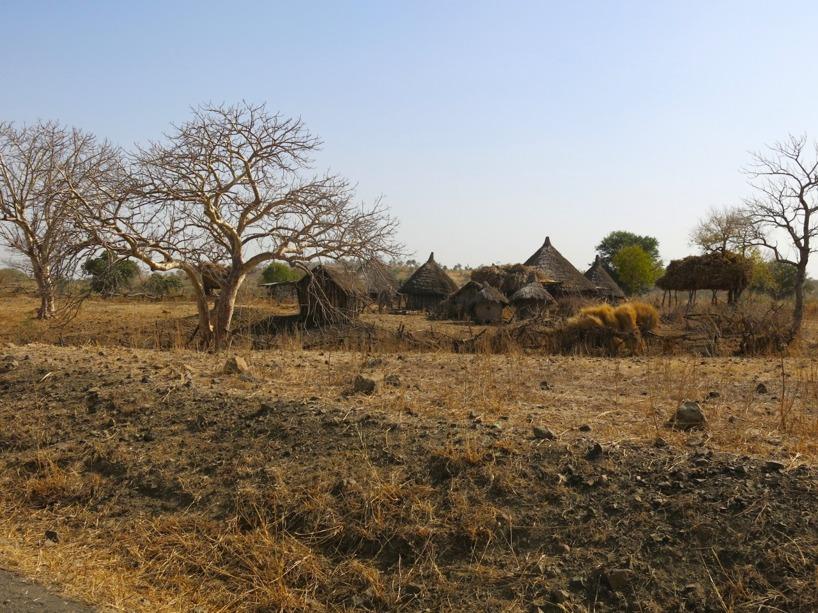 Såhär kunde byarna se ut som vi passerade. Lugna till en början, men de kunde förvandlas till en paradgata...