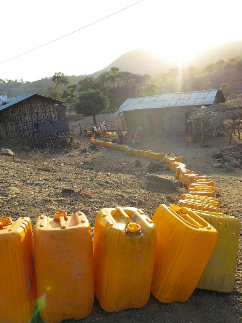 Vi stannade i en by för att fylla på vatten. Det var kö! Men vi fick som tur gå före =)