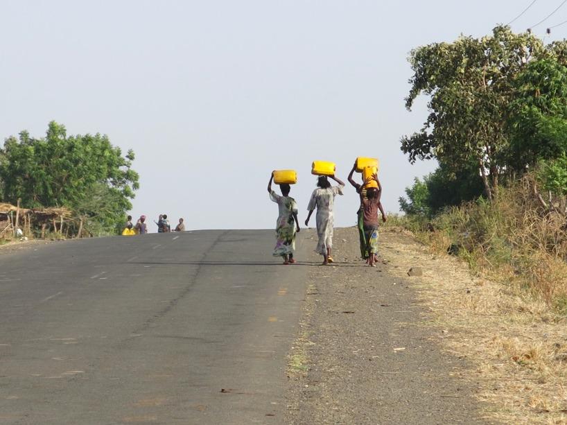 Kvinnorna fyller dessa gula dunkar och går tillbaka till där de bor. Många, främst kvinnor, lägger mycket av sin tid för att hämta drickbart vatten!