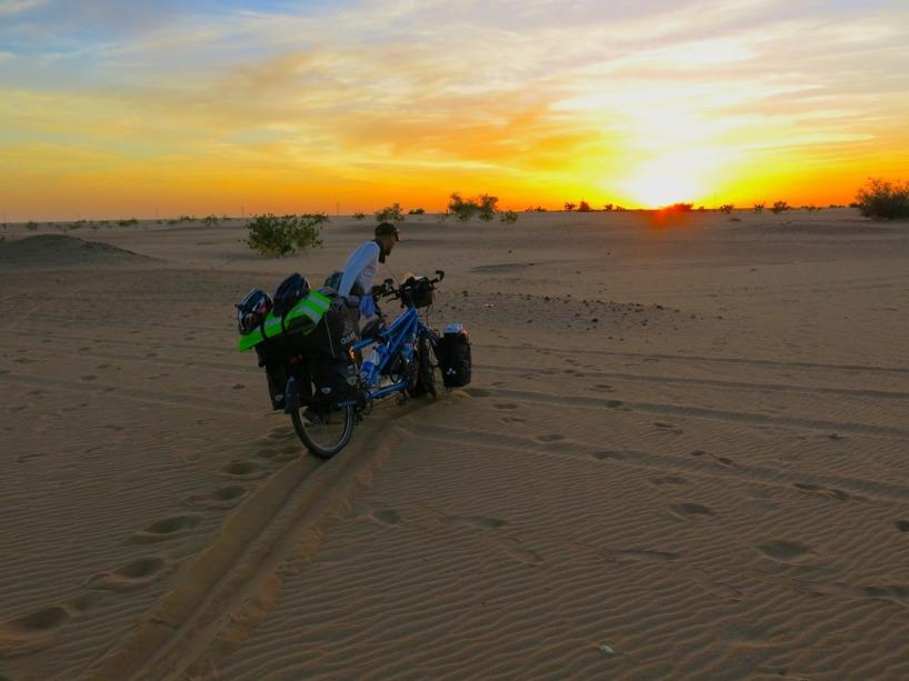 Rasmus trycker ut den tunga cykeln genom sanden innan vi ska slå läger =)