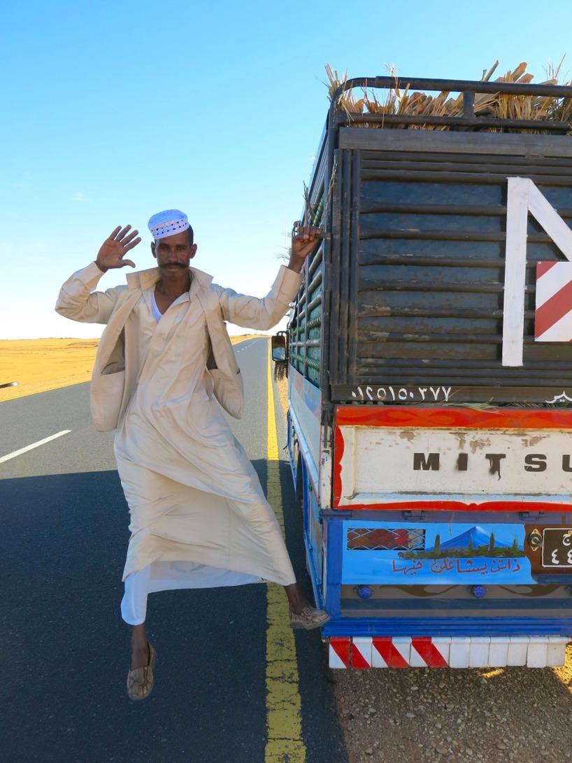 En förbipasserande chaufför som ville samtala på arabiska med oss, och vi pratade svenska tillbaka!