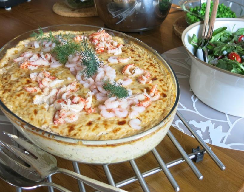 Fru Bjrökenäs skämmer bort oss med smaskig mat dagarna i ända!! Laxgratäng med ärtor, sallad och potatis... MMmmmm