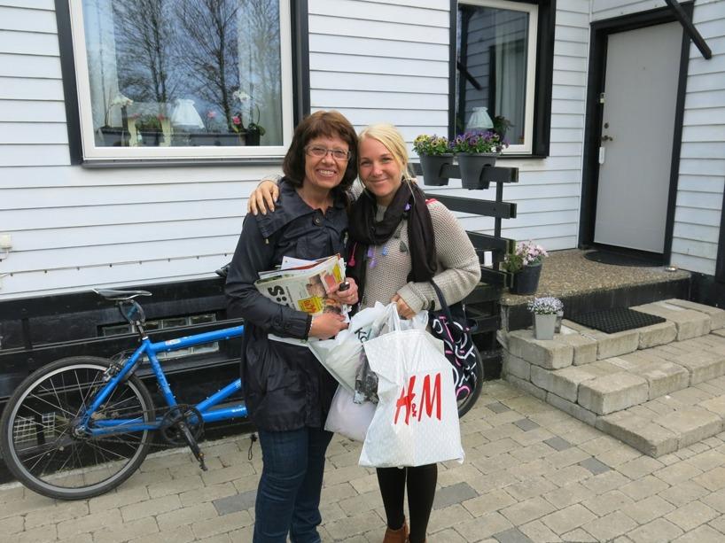 Fru Björkenäs bjöd Sussie på en shopping-runda! Rasmus fick present-kort istället, han var inte lika förtjust att gå i butik och välja hela eftermiddagen! Vi blir väldigt bortskämda!!! Men det är synd att klaga :)