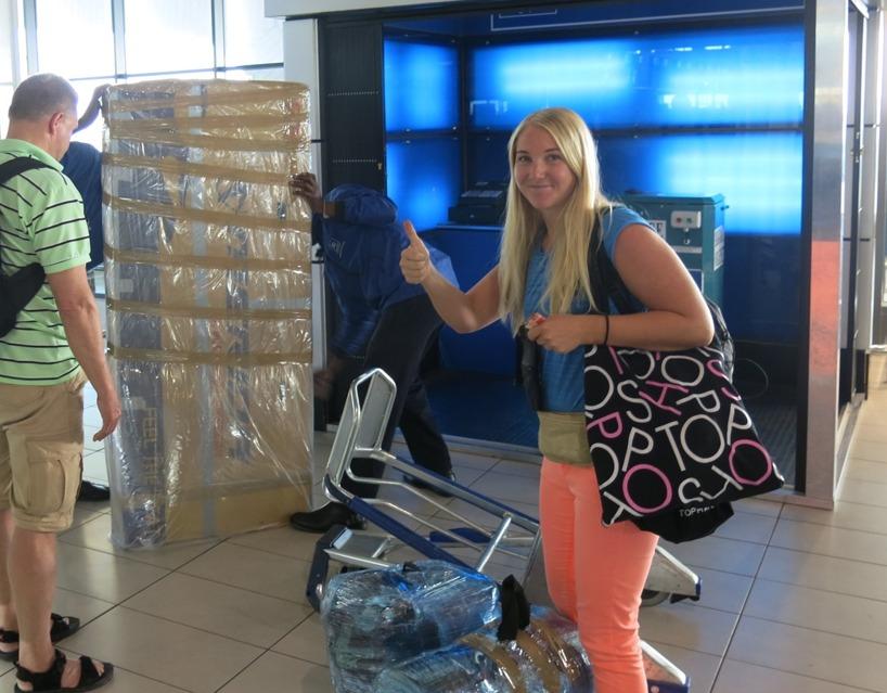 Här packar vi in cykeln i plast innan vi checkar in den. Tur att pappa och Tomas packade lätt, annars hade vi fått betala 12kg övervikt med 30 Euro per kg som pris!