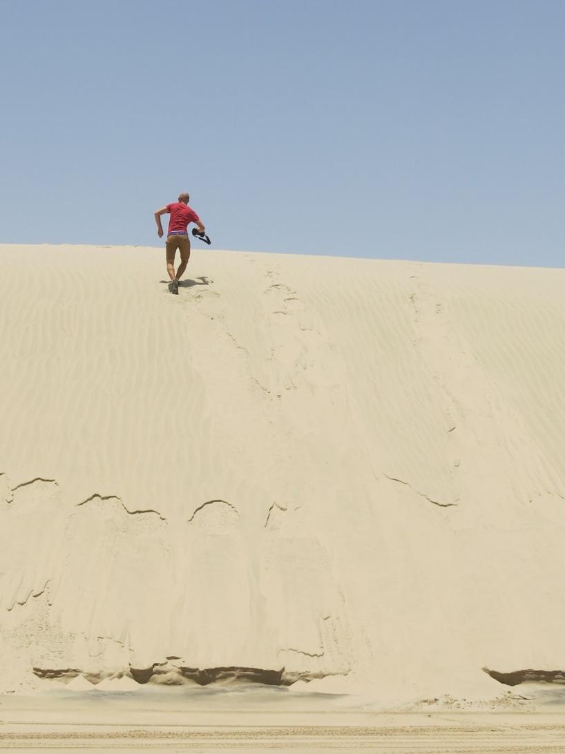 Rasmus sprang som en galning uppför dynorna - interval träning på hög nivå i hettan :)