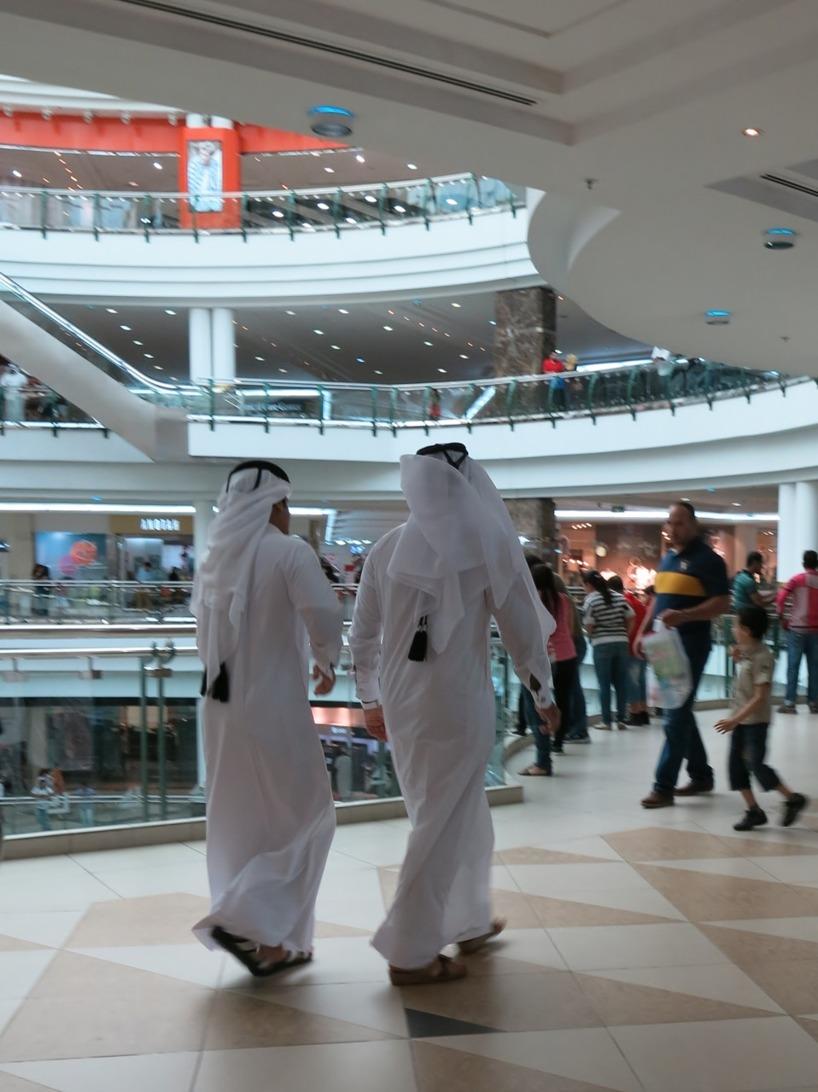 Så här såg det ut inuti shoppingcentret. Traditionellt klädda män :)