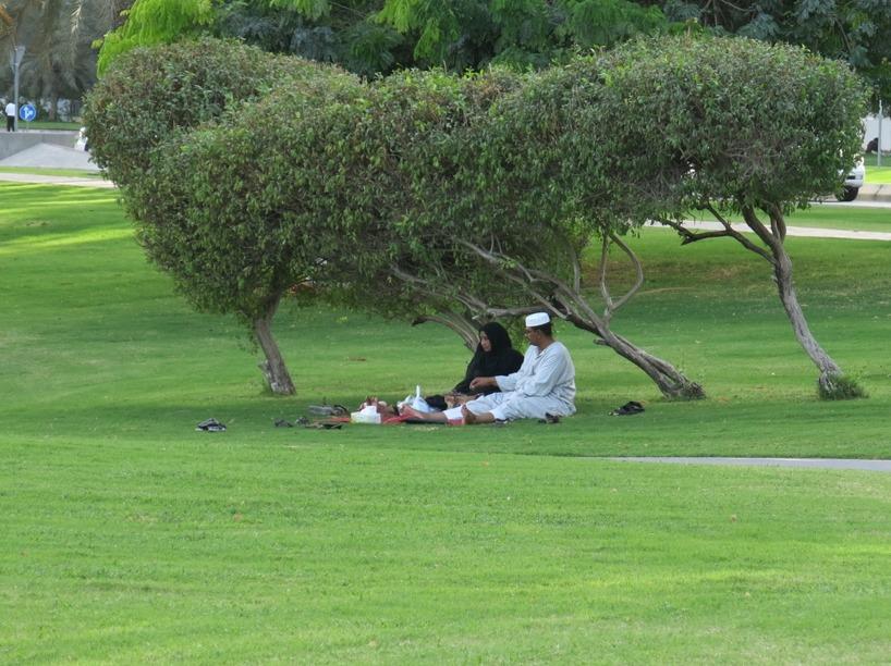 Sen gick vi till parken där lokalbefolknigen satt och mös överaallt