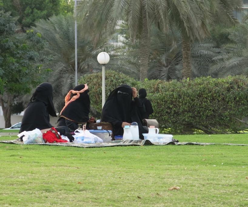 Eftersom det är ett muslimsk land är det ingen som dricker alkohol på picknicken. Te termosarna ersatte vinpavorna!